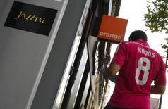 La Commission européenne a rouvert son enquête sur l'OPA de 3,4 milliards d'euros d'Orange sur son homologue espagnol Jazztel -qu'elle avait suspendue le 4 mars- et sa décision est attendue d'ici le 1er juin. /Photo d'archives/REUTERS/Andrea Comas