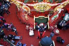 Période de Noël dans le centre comemrcial The Plaza, King of Prussia Mall, en Pennsylvanie, détenu par le groupe Simon Property. La première foncière de centres commerciaux aux Etats-Unis a annoncé le retrait de son offre sur son concurrent Macerich après son rejet par le conseil d'administration de ce dernier. /Photo d'archives/REUTERS/Mark Makela