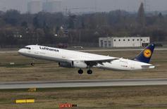 Самолет Lufthansa с родственниками погибших в авиакатастрофе во Французских Альпах вылетает из аэропорта Дюссельдорфа. 26 марта 2015 года. Немецкий пилот, разбивший на прошлой неделе самолет со 150 людьми на борту во французских Альпах, в 2009 году рассказывал в летной школе Lufthansa о пережитой сильной депрессии, сообщила во вторник авиакомпания. REUTERS/Wolfgang Rattay