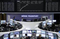 Les Bourses européennes se sont retournées à la hausse pour gagner plus de 1% mercredi à la mi-séance. À Paris, le CAC 40 gagne 1,41% (+71,15 points) à 5.104,66 points vers 10h45 GMT. À Francfort, le Dax avance de 1,11% et à Londres, le FTSE prend 1,05%. /Photo prise le 1er avril 2015/REUTERS/Pawel Kopczynski