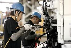L'activité dans l'industrie manufacturière était à la peine en mars en Chine et au Japon, ce qui plaide pour un nouvel assouplissement des politiques monétaires dans la région au moment où les entreprises de la zone euro commencent à bénéficier des dernières initiatives de la Banque centrale européenne. /Photo prise le 10 mars 2015/REUTERS/Thomas Peter