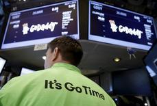 Le spécialiste d'hébergement de sites sur internet GoDaddy a gagné jusqu'à 34% mercredi pour ses débuts boursiers à Wall Street, faisant ressortir une valorisation de 5,48 milliards de dollars (5,1 milliards d'euros), dette comprise. /Photo prise le 1er avril 2015/REUTERS/Brendan McDermid
