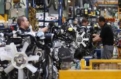 Trabajadores en la línea de ensamblaje de Nissan en la planta de la compañía en Barcelona, mayo 5 2014. La actividad manufacturera en la zona euro se aceleró más que lo previsto el mes pasado, sumándose a las señales de que la economía del bloque se está recuperando, según mostró el miércoles una encuesta empresarial. REUTERS/Albert Gea