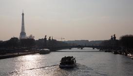Vista geral do rio Sena e da torre Eiffel em Paris, na França. 23/03/2015 REUTERS/Philippe Wojazer