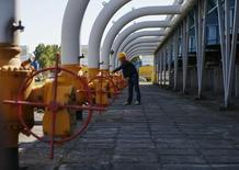 """L'Ukraine et la Russie ont conclu jeudi un accord sur les livraisons de gaz russe à l'Ukraine pour le deuxième trimestre 2015.  L'accord, signé par les compagnies gazières russe Gazprom et ukrainienne Naftogaz, fixe le prix des 1.000 m3 à 248 dollars, et reprend sinon les précédentes dispositions du """"paquet hiver"""" conclu en octobre dernier et qui a expiré à la fin mars. /Photo prise le 21 mai 2014/REUTERS/Gleb Garanich"""