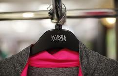 Marks & Spencer (M&S) a réalisé au cours des trois premiers mois de 2015 ses meilleures ventes, hors alimentation, en près de quatre ans, le groupe ayant commencé à régler ses problèmes de livraison des commandes passées en ligne.  /photo prise le 8 juillet 2014/REUTERS/Suzanne Plunkett