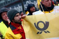 Les salariés de Deutsche Post, en grève jeudi pour la deuxième journée consécutive, n'observeront pas de nouvel arrêt de travail d'ici la prochaine séance de négociations avec la direction prévue le 14 avril, a annoncé le syndicat Verdi. /Photo prise le 2 avril 2015/REUTERS/Michael Dalder