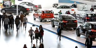 Les ventes d'automobiles ont augmenté en mars en Allemagne à leur rythme le plus soutenu depuis trois ans et demi, +9% à 323.100 unités, grâce à un jour ouvré de plus et à une conjoncture économique favorable, attestant du redressement du marché européen. /Photo prise le 18 mars 2015/REUTERS/Michaela Rehle