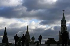 Люди идут по Красной площади в Москве 21 декабря 2007 года. Выходные в Москве будут пасмурными, свидетельствует усреднённый прогноз, составленный на основании данных Гидрометцентра России, сайтов intellicast.com и gismeteo.ru. REUTERS/Denis Sinyakov