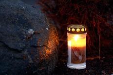 Свеча у дома Андреаса Любица в Монтабауре. 26 марта 2015 года. Данные с найденного в четверг бортового самописца подтвердили версию о том, что второй пилот намеренно разбил пассажирский самолет Airbus A320, сообщил в пятницу французский регулятор гражданской авиации (BEA). REUTERS/Kai Pfaffenbach