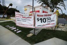 Les salariés les moins bien payés aux Etats-Unis bénéficient d'une revalorisation salariale supérieure à celle de la plupart de leurs collègues mieux lotis, laissant penser que les fruits de la croissance commencent à être mieux répartis, ce qui doit aider à pérenniser la reprise économique. /Photo prise le 7 mai 2014/REUTERS/Mike Blake