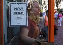 """Cartel de """"Now Hiring"""" en tienda de Urban Outfitters, Quincy Market, Boston, 5 sep, 2014. El crecimiento del empleo en Estados Unidos probablemente se mantuvo sólido en marzo, lo que debería disipar los temores sobre la reciente debilidad económica y mantener a la Reserva Federal en camino a comenzar a subir las tasas de interés este año. REUTERS/Brian Snyder"""