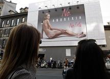 Рекламный щит в Милане. 24 сентября 2007 года. Франция приняла в пятницу закон, запрещающий работать чрезмерно худым моделям и предусматривающий штрафы и даже тюремные сроки для агентов и домов моды, которые согласятся их нанять. REUTERS/Stefano Rellandini