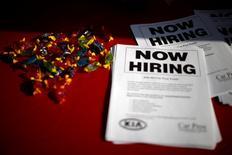 Un anuncio de empleo en una feria laboral para veteranos de las Fuerzas Armadas en Carson, EEUU, oct 3 2014. Los empleadores de Estados Unidos abrieron en marzo la menor cantidad de puestos de trabajo en más de un año, lo que podría elevar las preocupaciones sobre la reciente desaceleración del crecimiento económico y aplazar una esperada subida de tasas de interés de la Reserva Federal.   REUTERS/Lucy Nicholson