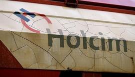 A quelques semaines d'une assemblée générale décisive, le milliardaire russe Filaret Galtchev, deuxième actionnaire d'Holcim avec 10,8% du capital, réputé pour sa dureté en affaires, semble être le principal obstacle au projet de fusion entre Lafarge et le suisse, qui vise à créer le premier cimentier mondial.  /Photo prise le 1er avril 2015/REUTERS/Arnd Wiegmann