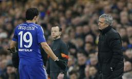 José Mourinho conversando com Diego Costa durante partida da Liga dos Campeões.  11/03/2015  Reuters / Stefan Wermuth Livepic