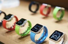 """Une question de propriété intellectuelle empêchera Apple de lancer sa nouvelle montre connectée en Suisse avant au moins la fin de l'année. Le groupe américain ne peut utiliser ni son nom ni l'image de la pomme pour lancer sa montre dans l'espace juridique suisse, du fait d'une demande effectuée par Leonard Timepieces auprès de l'Institut fédéral de la propriété intellectuelle, en 1985, pour le nom """"Apple"""" et pour la pomme. /Photo prise le 9 mars 2015/REUTERS/Robert Galbraith"""