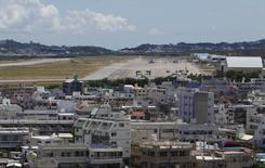 4月6日、菅官房長官は、沖縄県の翁長雄志知事と対談を行ったことについて、「県と国が対話を始める一歩になった」と評価した。沖縄県の普天間基地、2013年撮影(2015年 ロイター/Nathan Layne)