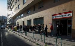 Le nombre d'Espagnols inscrits au chômage a reculé de 60.214 en mars par rapport à février, soit une baisse de 1,3% qui ramène le nombre de demandeurs d'emplois à 4,45 millions. /Photo prise le 6 avril 2015/REUTERS/Andrea Comas