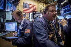 Трейдеры на фондовой бирже в Нью-Йорке. 6 апреля 2015 года. Фондовые рынки США выросли в понедельник за счет ожиданий, что ФРС отложит повышение процентных ставок. REUTERS/Brendan McDermid
