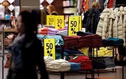Les rabais consentis sur les prix ont stimulé la croissance dans toutes les grandes économies de la zone euro au mois de mars et contribué à une progression de l'activité à son rythme le plus soutenu depuis près d'un an, selon une enquêtedu cabinet Markit. /Photo d'archives/REUTERS/Fabrizio Bensch