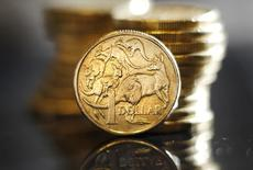 Монеты 1 австралийский доллар. Сидней, 27 июля 2011 года. Австралийский доллар прибавил более 1 процента к американскому доллару во вторник после того, как Резервный банк Австралии воздержался от ожидавшегося сокращения ключевой ставки. REUTERS/Tim Wimborne