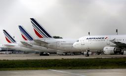 Air France-KLM a fait état mercredi d'un recul de 0,1% de son trafic passagers en mars, pénalisé notamment par un tassement de l'activité à destination de l'Afrique et du Moyen-Orient, et d'une baisse de 8,7% de son trafic de fret. /Photo d'archives/REUTERS/Jacky Naegelen