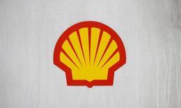 Логотип Shell на заправке компании в Лондоне 30 января 2014 года. Нефтяная компания Royal Dutch Shell договорилась о приобретении британской нефтегазовой компании BG Group за 47 миллиардов фунтов стерлингов ($70 миллиардов), сообщили обе компании в среду. REUTERS/Suzanne Plunkett
