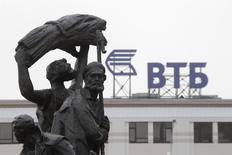 Логотип ВТБ в Ставрополе 22 января 2015 года. Балансирующий на грани банкротства Мечел Игоря Зюзина начал выплачивать просроченные платежи одному из крупнейших своих кредиторов государственному ВТБ, который в феврале обратился в суд для взыскания задолженности. REUTERS/Eduard Korniyenko