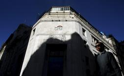 A woman walks past Citibank headquarters in Buenos Aires' financial district April 6, 2015.  REUTERS/Marcos Brindicci