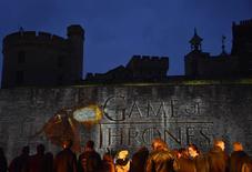 """Fãs esperam première mundial de 5ª temporada de """"Game of Thrones"""" na Torre de Londres. 18/03/2015 REUTERS/Toby Melville"""