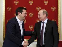 Rencontre entre le président russe Vladimir Poutine et le Premier mimnistre grec Alexis Tsipras, à Moscou. La Russie envisage d'avancer à la Grèce les sommes qu'elle pourrait percevoir grâce à la livraison de gaz russe à l'Europe dans le cadre de l'extension du gazoduc Turkish Stream, selon un responsable du gouvernement grec. /Photo prise le 8 avril 2015/REUTERS/Alexander Zemlianichenko/Pool