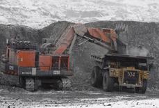 Экскаватор и грузовик на месторождении Кумтор в Киргизии 14 марта 2013 года. Киргизия, грозившая Centerra Gold национализацией крупнейшего в стране золотого рудника, передумала создавать с канадской компанией совместное предприятие, сказал премьер-министр страны Джоомарт Оторбаев. REUTERS/Shamil Zhumatov