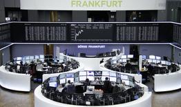 Трейдеры на торгах фондовой биржи во Франкфурте-на-Майне 31 марта 2015 года.  Европейские фондовые рынки растут при поддержке немецкой статистики и данных о продажах автомобилей в Европе. REUTERS/Pawel Kopczynski