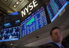 """Wall Street débute en hausse jeudi après des inscriptions au chômage moins importantes que prévu la semaine dernière et alors que la """"saison"""" des résultats vient de démarrer avec Alcoa. L'indice Dow Jones prenait 0,2% dans les premiers échanges, le Standard & Poor's 500, plus large, avançait de 0,18% et le Nasdaq Composite progressait de 0,36%. /Photo prise le 30 mars 2015/REUTERS/Brendan McDermid"""