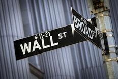 Una señalética de Wall Street vista afuera de la bolsa de Nueva York. Imagen de archivo, 24 marzo, 2015. Wall Street cerró en alza el jueves, con las acciones del sector de energía liderando el avance ante el repunte de los precios del petróleo, mientras los inversores apuestan a que las compañías superarían las reducidas expectativas de ganancias en la actual temporada de resultados. REUTERS/Brendan McDermid