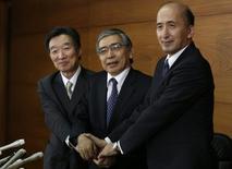 Bank of Japan's (BOJ) new Governor Haruhiko Kuroda (C) and his new deputies Hiroshi Nakaso (R) and Kikuo Iwata pose for photos after a news conference at the BOJ headquarters in Tokyo March 21, 2013.   REUTERS/Toru Hanai