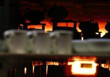 La production industrielle a à peine augmenté en février et s'est contractée dans le secteur de la construction, un nouveau signe d'essoufflement de la reprise au premier trimestre, peu avant les élections législatives. La production industrielle n'a augmenté que de 0,1% sur un mois, affectée par un net recul de la production de pétrole et de gaz.  /Photo d'archives/REUTERS/Darren Staples
