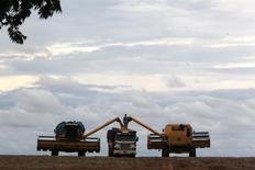 Caminhão sendo carregado com soja em fazenda na cidade de Primavera do Leste. 07/02/2013 REUTERS/Paulo Whitaker