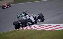 Piloto da Mercedes Lewis Hamilton em treino livre para o GP da China de Fórmula 1 em Xangai. 10/04/2015 REUTERS/Carlos Barria
