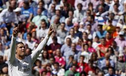 """Игрок """"Реала"""" Криштиану Роналду радуется голу, забитому в ворота """"Эйбара"""" в Мадриде  11 апреля 2015 года. Мадридский """"Реал"""" сократил отставание от лидирующей в чемпионате Испании """"Барселоны"""" до двух очков в 31-м туре. REUTERS/Sergio Perez"""