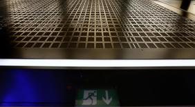 Табло фондовой биржи во Франкфурте-на-Майне над эвакуационным знаком пожарной безопасности 3 февраля 2015 года. Европейские фондовые рынки снижаются после выхода отчета о внешней торговле Китая. REUTERS/Jakob Blumenthal
