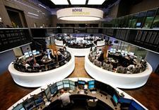 Les Bourses européennes évoluent lundi à mi-séance autour de leur clôture de vendredi, prises en tenailles entre le recul de l'euro et la baisse inattendue des exportations chinoises. À Paris, l'indice CAC 40 est stable (-0,01%) vers 13h00 et à Francfort, le Dax est également quasi-inchangé (-0,02%). /Photo d'archives/REUTERS/Ralph Orlowski
