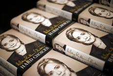 """Копии книги """"Сложные решения"""" (Hard choices) Хиллари Клинтон в магазине  Barnes & Noble в Лос-Анджелесе 19 июня 2014 года. Хиллари Клинтон в воскресенье начала второй раунд борьбы за президентский пост с обещанием добиваться равных условий для тех, кто восстанавливается после экономических потрясений. REUTERS/Lucy Nicholson"""