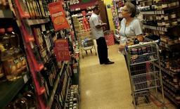 En la imagen, una clienta observa los precios en un supermercado en Sao Paulo. 10 de enero, 2014. Economistas redujeron sus proyecciones para la tasa de inflación de Brasil en 2015 por primera vez desde diciembre, a un 8,13 por ciento desde 8,20 por ciento, mostró el lunes el sondeo semanal Focus, que elabora el Banco Central.  REUTERS/Nacho Doce