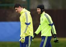 Goleiros do Chelsea Thibaut Courtois e Petr Cech em treino da equipe. 16/02/2015 Action Images via Reuters/Tony O'Brien