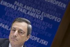 El presidente del BCE, Mario Draghi llega a una reunión del Parlamento Europeo en Bruselas. Imagen de archivo, 23 marzo, 2015. Los consejeros del Banco Central Europeo se reunirán el miércoles para examinar la entrega de posibles fondos adicionales de emergencia para los bancos de Grecia, ante un panorama económico más amplio que muestra incipientes señales de mejoría. REUTERS/Yves Herman