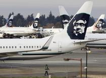 Un avion d'Alaska Airlines a dû effectuer un atterrissage d'urgence, lundi à Seattle, en raison de la présence d'un bagagiste dans la soute. Le bagagiste, découvert sain et sauf dans une zone pressurisée et chauffée à l'avant de la soute, a dit s'y être endormi. /Photo d'archives/REUTERS/Jason Redmond