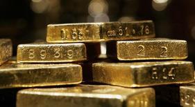 """Золотые слитки на выставке """"Золото"""" в Американском музее естественной истории в Нью-Йорке. 15 ноября 2006 года. Цены на золото снижаются из-за укрепления доллара, и давление на цены может усилиться по мере приближения повышения процентных ставок ФРС. REUTERS/Mike Segar"""