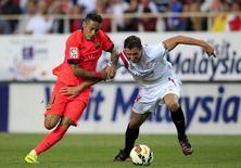 Neymar (esquerda), do Barcelona, em disputa de bola com Grzegorz Krychowiak, do Sevilla, no sábado. 11/04/2015 REUTERS/Marcelo del Pozo